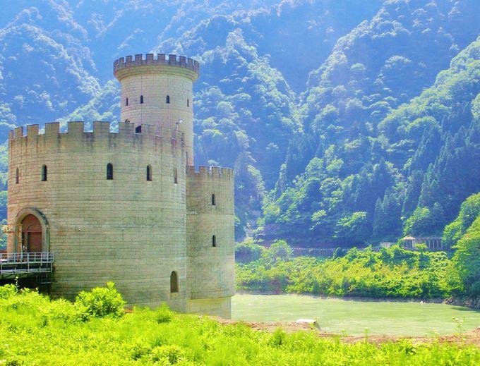 まるでヨーロッパの古城・黒部峡谷トロッコ列車から見るダムに建つ発電所が優美!