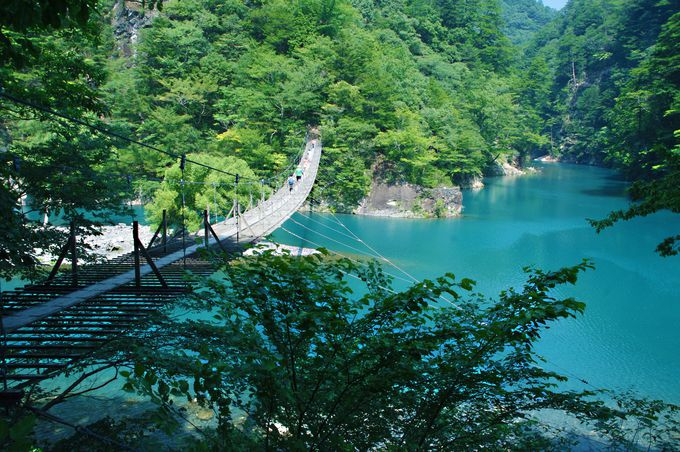 辺り一面、ターコイズブルー!山も湖も美しく幻想的な「夢の ...
