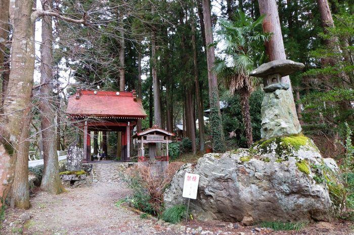 注目のパワスポ!埼玉・越生の龍穏寺境内社「熊野神社」権現造に神秘的な神話彫刻