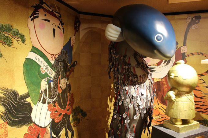 神々しい光が放たれる「出世運うなぎのぼり祈願所」 浜松出世の館「金の家康くん像」で出世運うなぎの
