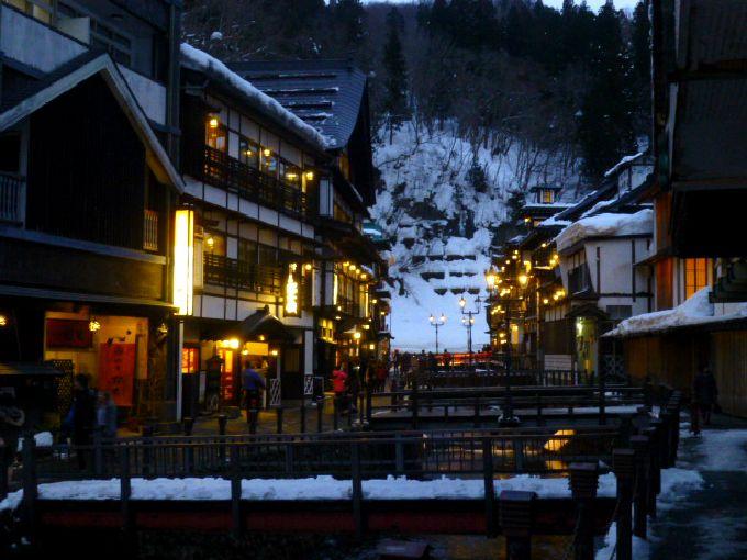 レトロ街にガス灯が燈る!山形「銀山温泉」おやつ食べ歩きでその時を待つ
