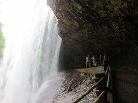 別名「裏見の滝」! 高山村「雷滝」でたっぷりのマイナスイオンを浴びよう!