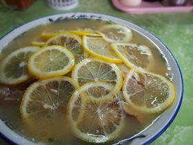 岡山市にはレモン丸々1つをトッピングしたラーメンがある!