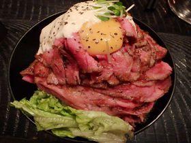肉の山を制覇!高田馬場「レッドロック」の激ウマローストビーフ丼は必食!|東京都|Travel.jp[たびねす]