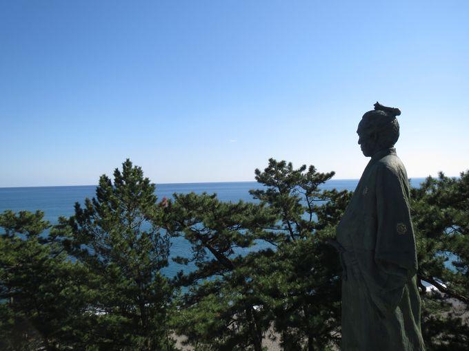高知・桂浜で坂本龍馬に大接近!?「太平洋はまっこと広いぜよ!」