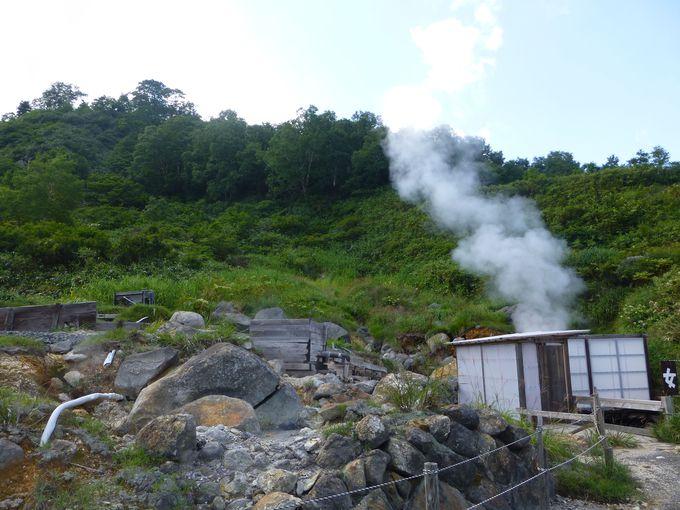 春から秋の限定! ワイルドな露天風呂が素晴らしい秋田県八幡平の秘湯「ふけの湯」
