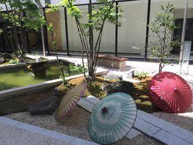 廊下にズラリと並ぶ工芸品と庭が自慢!金沢「彩の庭ホテル」で和と緑に癒される休日|石川県|Travel.jp[たびねす]