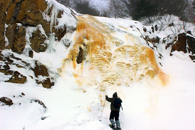 黄金の凍れる滝!スノーシュートレッキングで裏磐梯の奇観「イエローフォール」へ