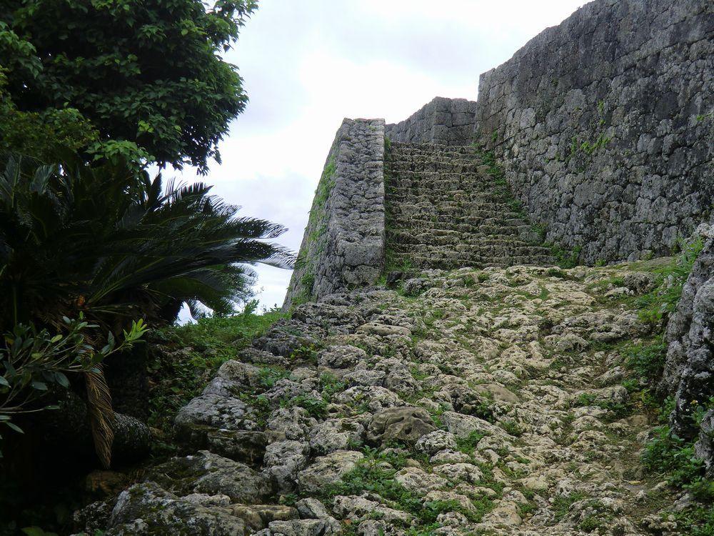 小高い丘の上にある沖縄「勝連城」は視界を遮るもの無しの絶景ポイント!