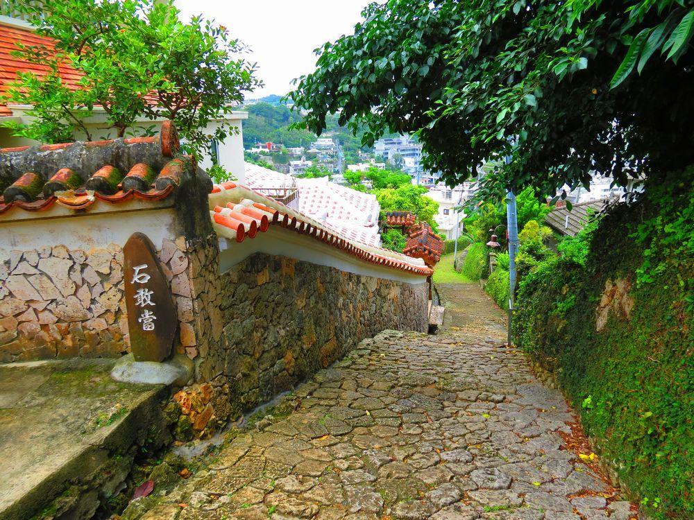 首里城近くの見どころ3選!世界遺産と500年前の石畳古道、そして古き禅寺
