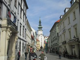 """ウィーンから1時間!""""世界一近い首都""""スロバキアの首都ブラチスラヴァのメルヘンな街並み"""