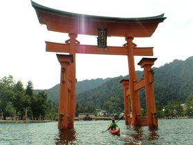 カヤックで厳島神社の大鳥居へ!広島の注目アクティビティ5選|広島県|[たびねす] by Travel.jp