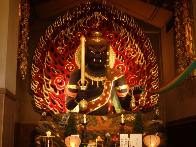 巨大な不動明王は圧倒的!多くの参詣者で賑わう岡山・蓮台寺