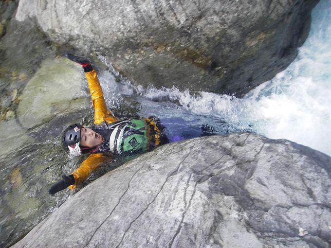那須・天然スライダーに滝つぼダイブ、爽快シャワーウォーク