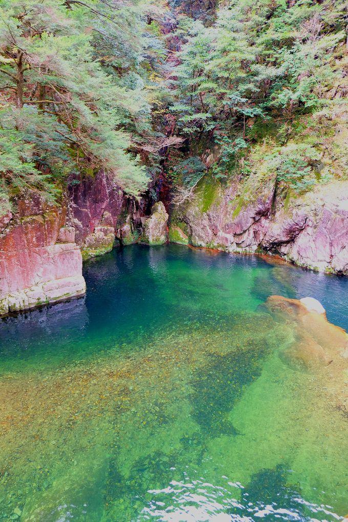 幻想的な七色ブルーに輝く渓谷「夫婦淵」(広島県)