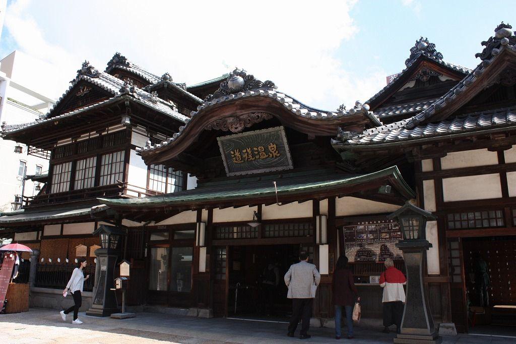 道後温泉商店街を無事に通過すれば、そこには道後のシンボル「道後温泉本館」が。