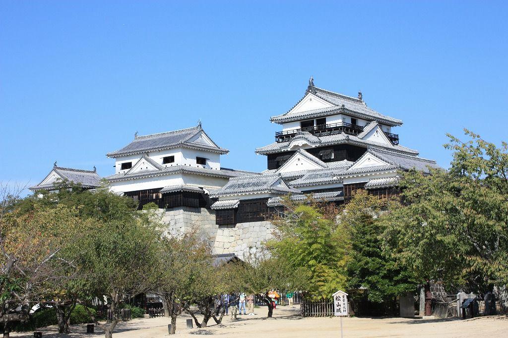道後温泉だけやないっ!伊予の国・松山には「秋より高い」天下の名城『松山城』があるけんね〜!