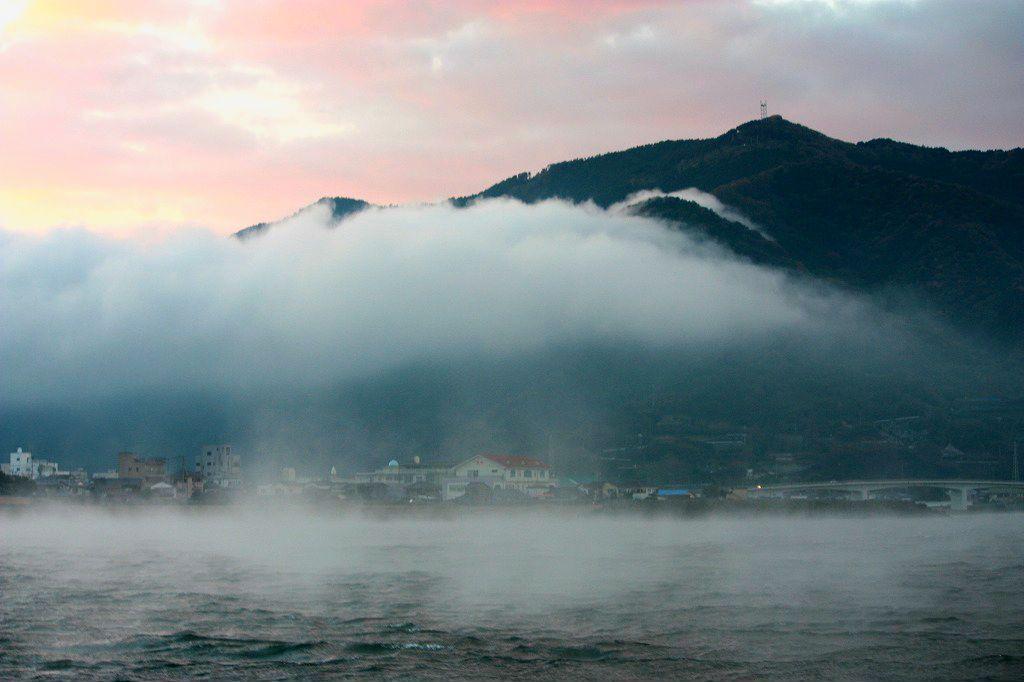 日の出前に長浜港を出港!船上から見る「肱川あらし」。