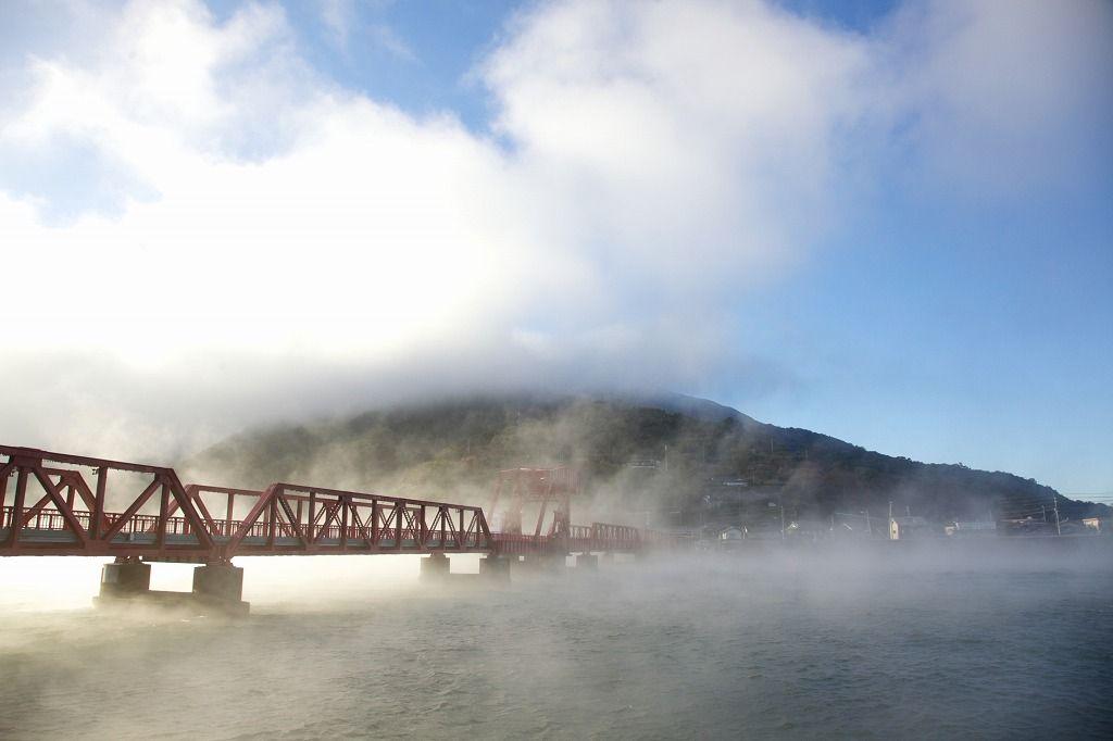 通称「赤橋」。日本最古の道路稼働橋で見る「肱川あらし」。