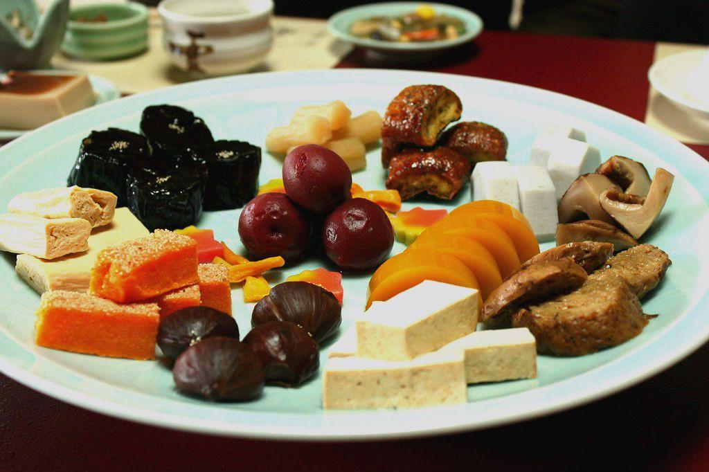 """大皿に盛られた旬の素材は""""彩""""が見事です!"""