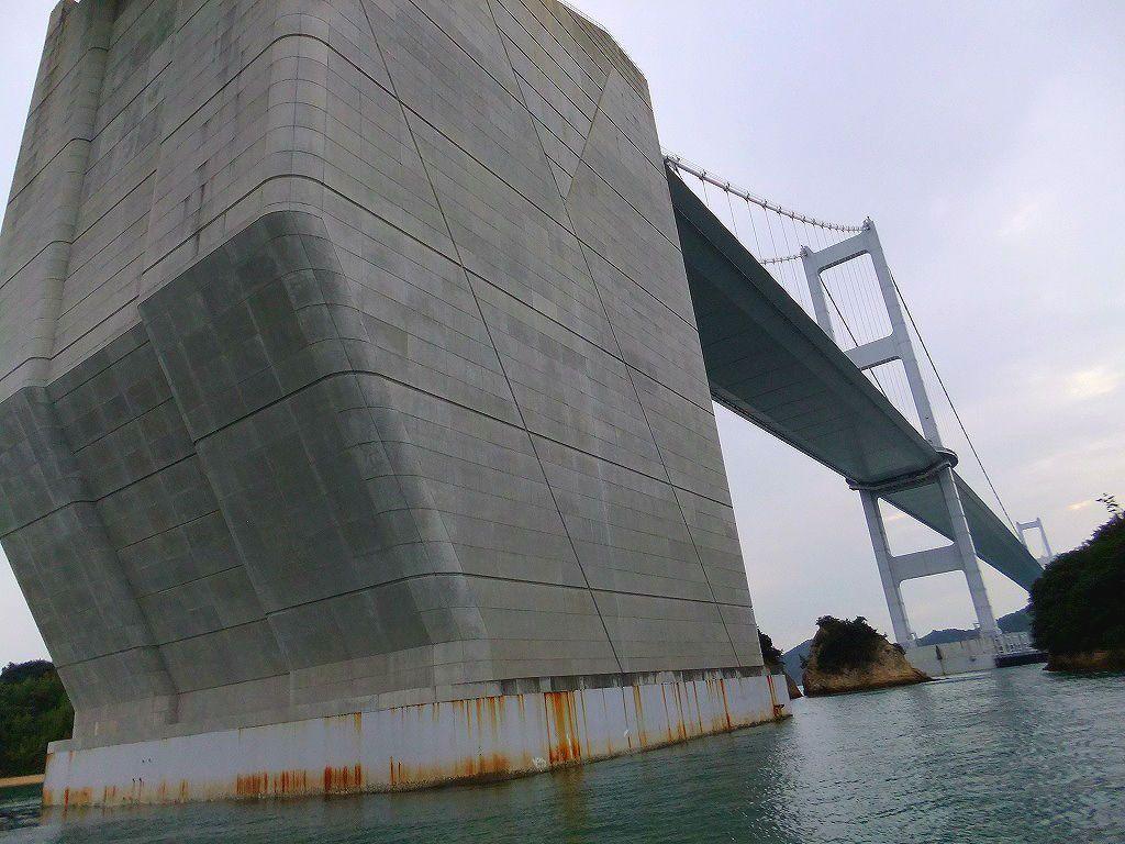 船から見上げる来島海峡大橋。