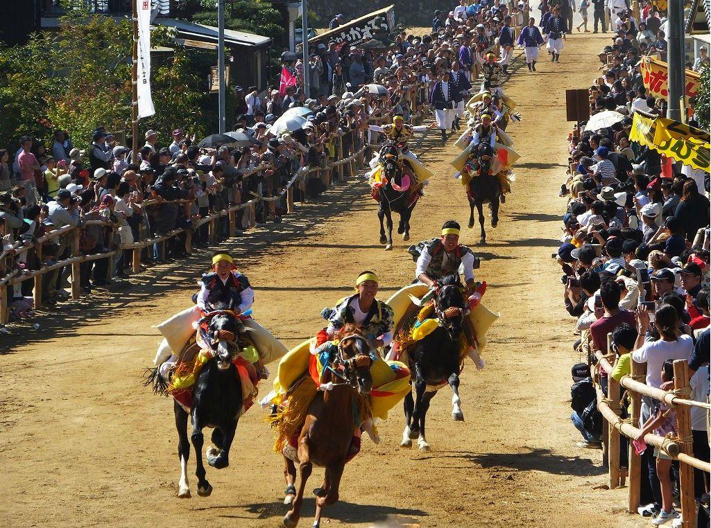 鉢巻き、たすき掛けの凛々しい乗り子たちが参道馬場を勇壮華麗に疾走。