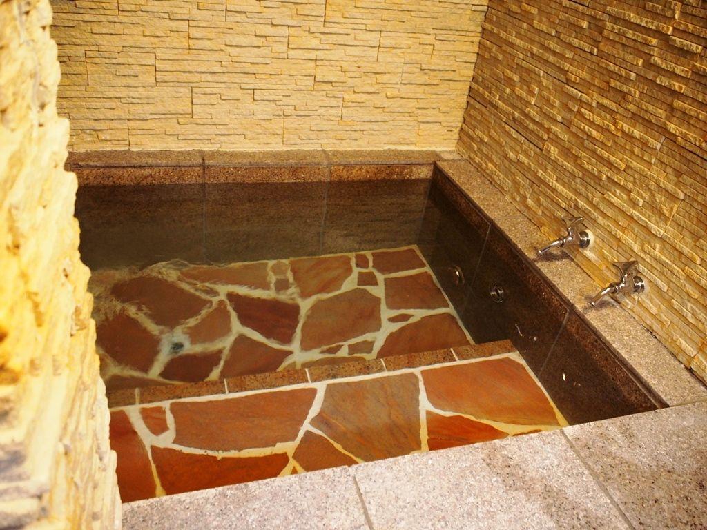 これぞ山小屋!憧れの薪ストーブに洞窟っぽい手作り風呂