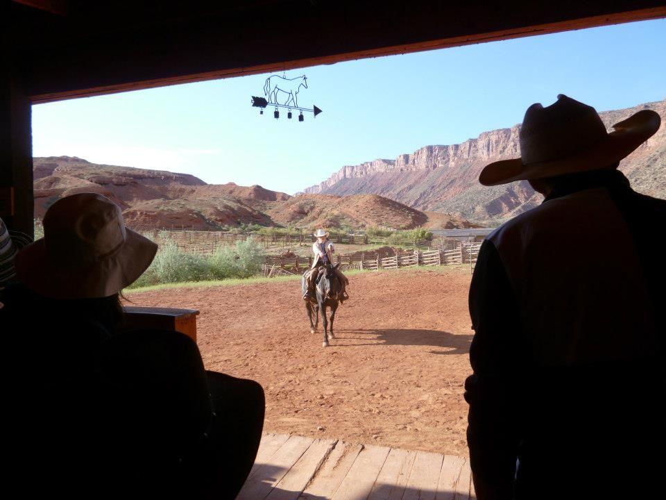 西部劇のような絶景!!ジョンウェイン考案の乗馬コースでカウボーイ・カウガールになる!!