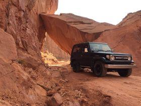 エキサイティングな絶景「キャニオンランズ国立公園」4WDでドライブ探検!