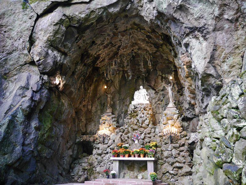 神聖な祈り 洞穴に聖母マリア像「ザ・グロット」全米聖母教会