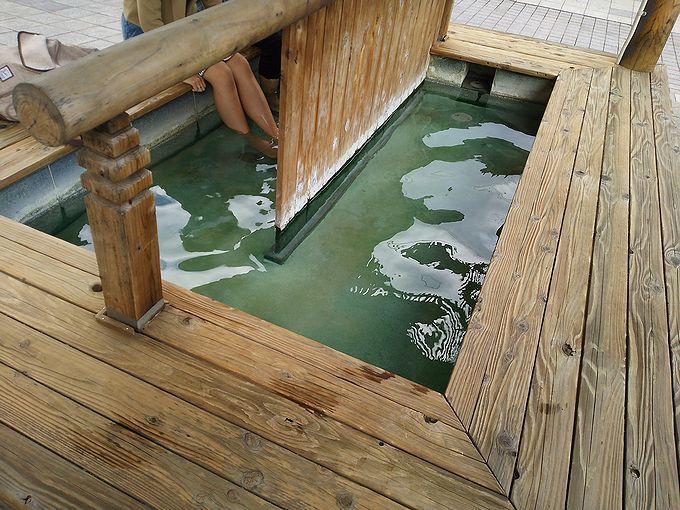 静かで落ち着いた雰囲気の中でまったりできる「地蔵の湯まえ足湯」