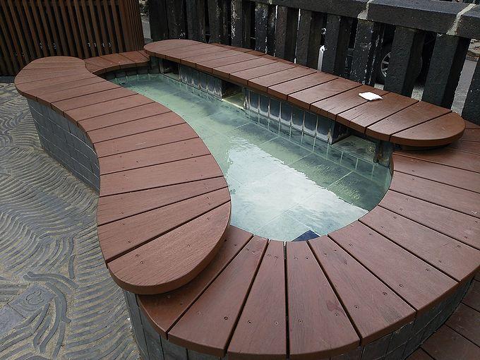 6つの足湯の中で一番の賑わいを見せる「湯畑・湯けむり亭」