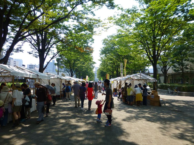 代々木公園に白いテントずら〜っと‥1万人が訪れる野外マーケット「東京朝市アースデイマーケット」