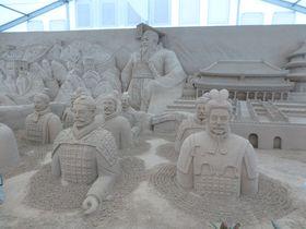 鳥取砂丘の砂で作った巨大な像に圧巻、横浜「砂の彫刻展」