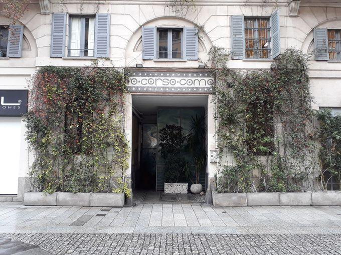 ミラノの真ん中にいきなり現れる植物にかこまれた扉