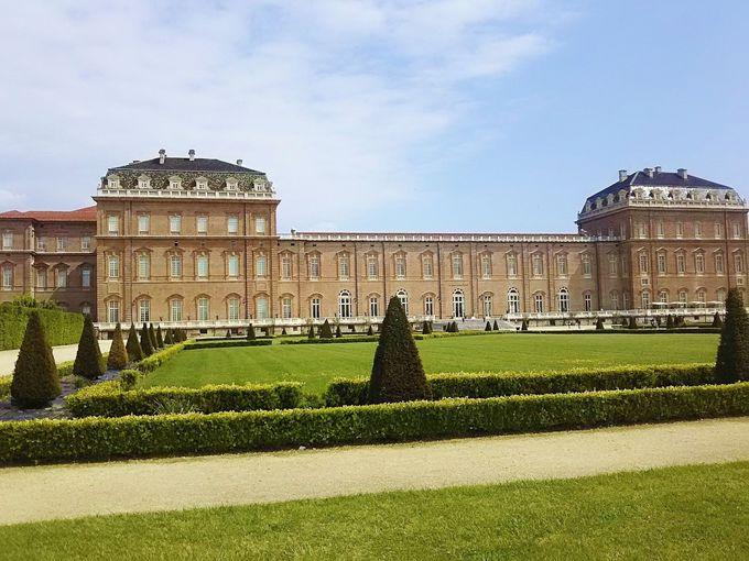 80haの広大なイタリア式庭園を持つヴェナリア宮殿。その先にはアルプスが見える!