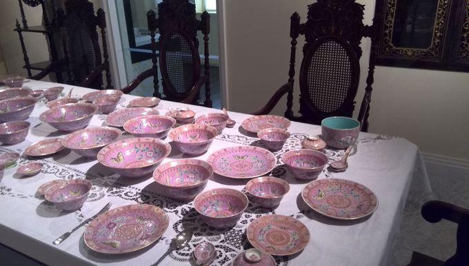 カラフルなプラナカン食器を鑑賞