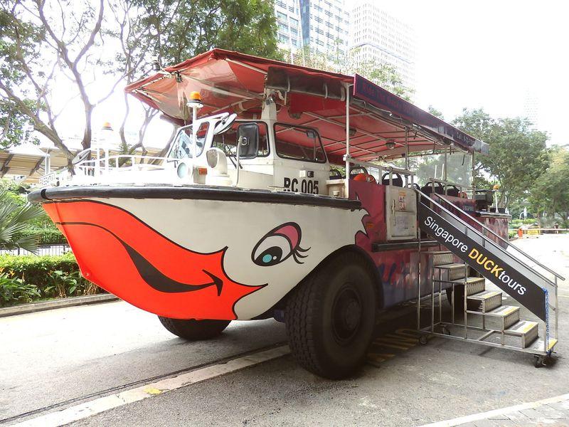 水陸両用車でまわるシンガポール「ダックツアー」マーライオンの貴重なアングルも必見!