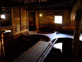 150年前の巨大木桶で仕込む醤油蔵を見学!小豆島「ヤマロク醤油」
