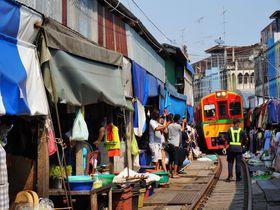 バンコクから日帰り旅行!線路脇ギリギリの市場「メークロン・マーケット」
