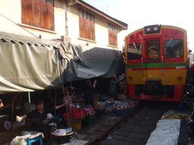 バンコク・朝の市場巡りはツアーが便利!線路市場や水上マーケットも