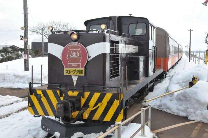 ダルマストーブで焼いたスルメを食べながら楽しむ雪景色、冬の風物詩、津軽鉄道ストーブ列車の旅!