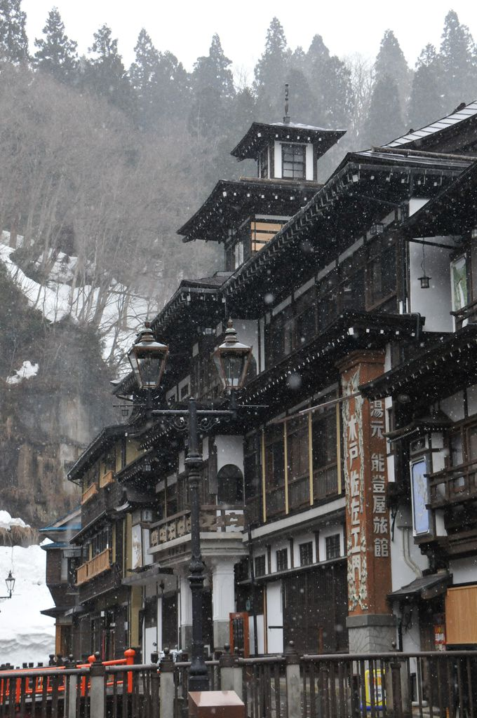 雪の舞う銀山温泉