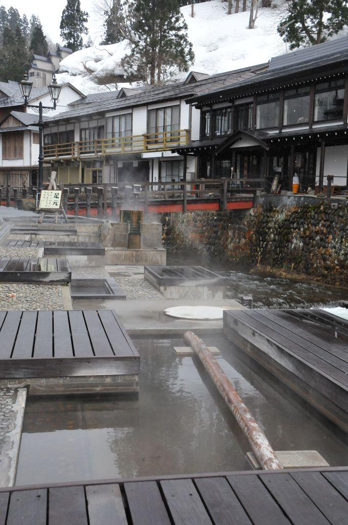 銀山温泉の足湯「和楽足湯(わらしゆ)」