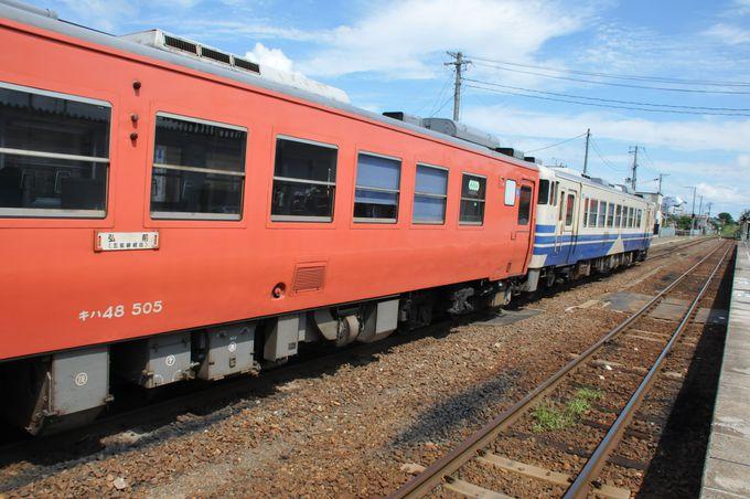 鰺ヶ沢(あじがさわ)駅に停車する普通列車