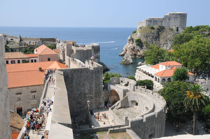 城壁から見たドブロヴニク旧市街へのメインゲート、ピレ門