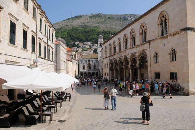 旧市街にある総督邸とスポンザ宮殿、スルジ山