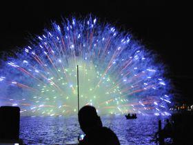 打上数国内最多、4万発の花火が彩る諏訪湖祭湖上花火大会は、花火ファン必見の大迫力!