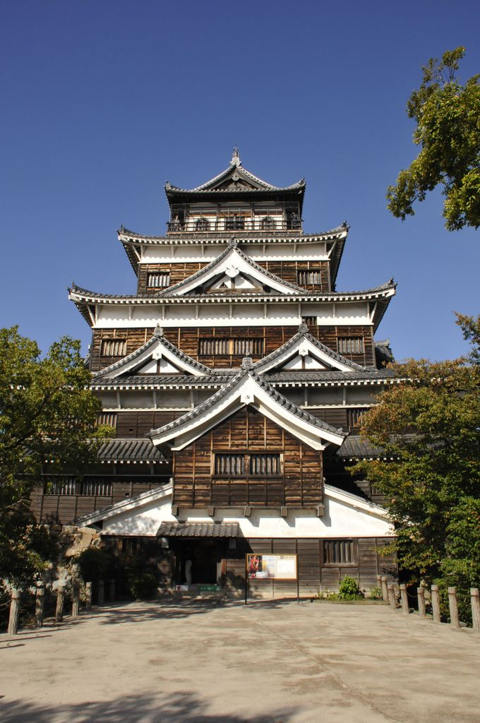 広島のシンボル「広島城」と鯉がいっぱいの「広島護国神社」