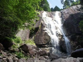 連続する巨大な壁に進撃しよう ~田立の滝(長野県南木曽町)|長野県|トラベルjp<たびねす>
